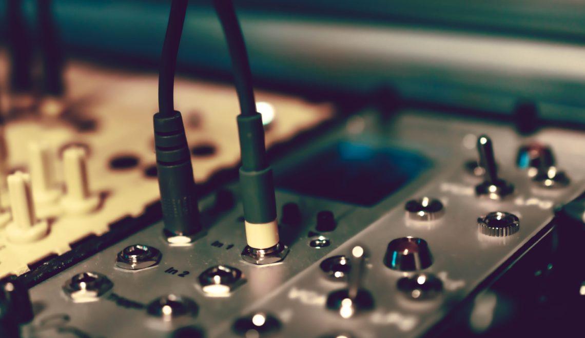 Ein Bild, das Elektronik, Schaltkreis, möglichen Whistleblower Vorgang enthält.